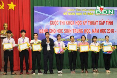 Khen thưởng Giáo viên, học sinh đạt thành tích cao trong kỳ thi Khoa học kỹ thuật cấp tỉnh năm 2018